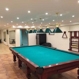 Großer, Multifunktionaler Moderner Fitnessraum mit beiger Wandfarbe, Terrakottaboden und beigem Boden in Nizza