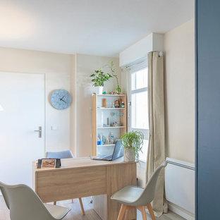 Idee per una palestra multiuso etnica di medie dimensioni con pareti blu, pavimento in laminato e pavimento marrone
