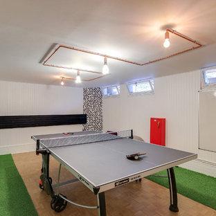 Immagine di una piccola palestra multiuso moderna con pareti bianche, pavimento in legno massello medio e pavimento verde