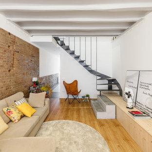 Modelo de salón para visitas cerrado, bohemio, con paredes blancas, suelo de madera en tonos medios y suelo marrón