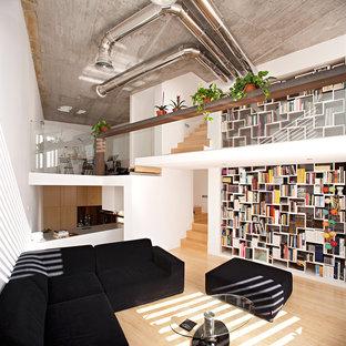 Foto de biblioteca en casa abierta, actual, con paredes blancas, suelo de madera clara y suelo beige