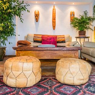 Idee per un soggiorno tropicale di medie dimensioni e aperto con sala formale, pareti bianche, pavimento in terracotta, nessun camino e nessuna TV