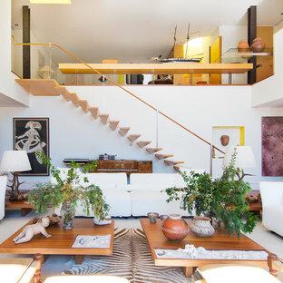 Diseño de salón para visitas abierto, bohemio, sin chimenea, con paredes blancas