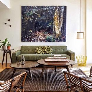 Ejemplo de salón para visitas abierto, vintage, de tamaño medio, sin chimenea y televisor, con paredes blancas y suelo de madera clara