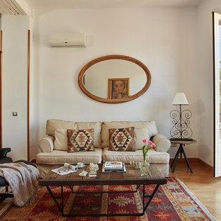 Ejemplo de salón para visitas abierto, tradicional, de tamaño medio, sin chimenea, con paredes blancas, suelo de madera en tonos medios y pared multimedia