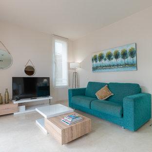 Imagen de salón cerrado, tradicional renovado, de tamaño medio, con paredes beige, televisor independiente y suelo beige