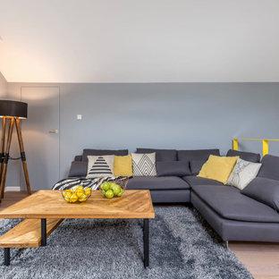 Ejemplo de salón escandinavo, sin chimenea y televisor, con suelo de madera clara