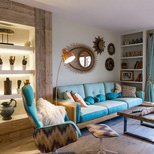 Diseño de salón para visitas cerrado, costero, con paredes grises, suelo de madera en tonos medios y suelo beige