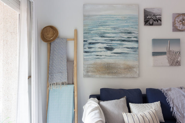 Beach Style Living Room by Quatre Coses, Home Staging
