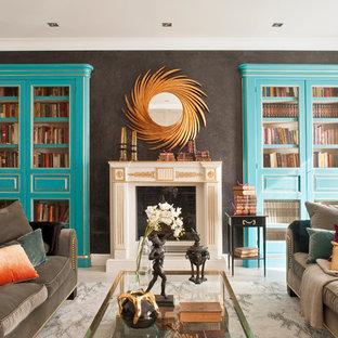 Modelo de salón para visitas abierto, tradicional renovado, grande, con paredes multicolor, suelo de madera clara, chimenea tradicional y televisor colgado en la pared