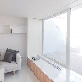 マドリードの小さいコンテンポラリースタイルのおしゃれなLDK (白い壁、埋込式メディアウォール、白い床) の写真