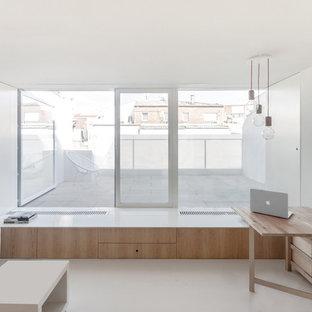 Kleines, Offenes Modernes Wohnzimmer mit weißer Wandfarbe, Linoleum, Multimediawand und weißem Boden in Madrid