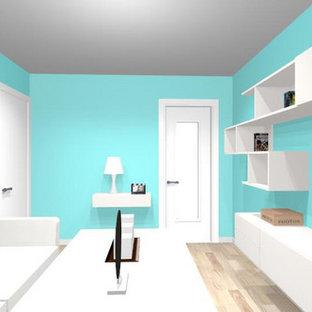 Immagine di un soggiorno minimalista di medie dimensioni e chiuso con sala formale, pareti blu, pavimento in tatami, nessun camino, TV autoportante e pavimento marrone