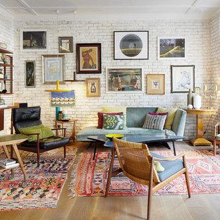 Foto de salón para visitas abierto, asiático, con suelo de madera en tonos medios, paredes blancas y suelo beige