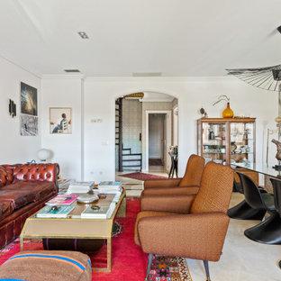 Diseño de salón abierto, ecléctico, grande, con paredes blancas, suelo de mármol y suelo beige