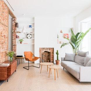 Modelo de salón ladrillo y cerrado, contemporáneo, ladrillo, con paredes blancas, suelo de madera clara, chimenea tradicional, marco de chimenea de ladrillo, ladrillo y suelo beige