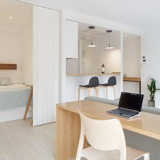 Стильный дизайн: маленькая открытая, парадная гостиная комната в скандинавском стиле с белыми стенами, светлым паркетным полом и бежевым полом - последний тренд
