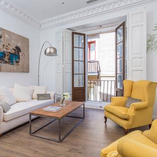 Ejemplo de salón para visitas abierto, actual, pequeño, sin chimenea y televisor, con paredes blancas y suelo de madera en tonos medios