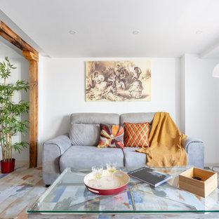 Diseño de salón cerrado, contemporáneo, de tamaño medio, con paredes blancas, suelo de madera pintada y suelo multicolor