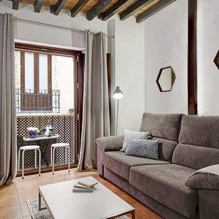 Imagen de salón para visitas cerrado, contemporáneo, con paredes blancas, suelo de baldosas de terracota y suelo naranja