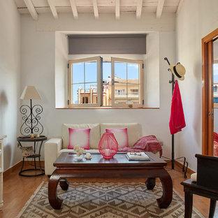 Foto de salón para visitas cerrado, mediterráneo, pequeño, sin chimenea, con paredes blancas, televisor independiente y suelo de madera en tonos medios