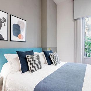 Imagen de salón contemporáneo, de tamaño medio, con paredes grises, suelo de madera clara y suelo beige