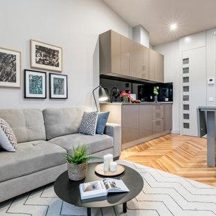 Ejemplo de salón abierto, contemporáneo, pequeño, con paredes grises y suelo marrón