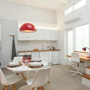 Modelo de salón mediterráneo, pequeño, con paredes blancas, suelo de cemento y suelo gris