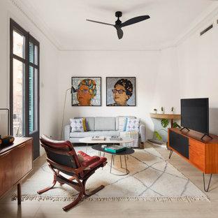 Ejemplo de salón abierto, actual, de tamaño medio, con paredes blancas, suelo de madera clara, chimenea de esquina, televisor independiente, marco de chimenea de ladrillo y suelo beige