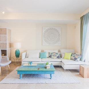 Diseño de salón para visitas cerrado, costero, con paredes blancas y suelo beige