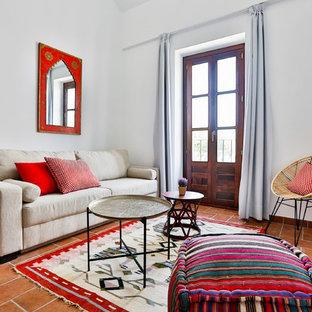 マドリードの小さい地中海スタイルのおしゃれなLDK (フォーマル、白い壁、テラコッタタイルの床、暖炉なし、テレビなし) の写真