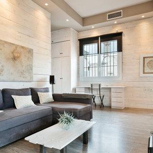 Diseño de salón urbano, sin chimenea, con paredes beige, suelo de madera en tonos medios y televisor colgado en la pared
