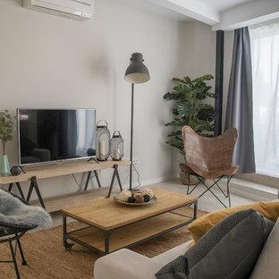 Modelo de salón abierto, contemporáneo, de tamaño medio, sin chimenea, con paredes grises, suelo de baldosas de cerámica, televisor independiente y suelo gris