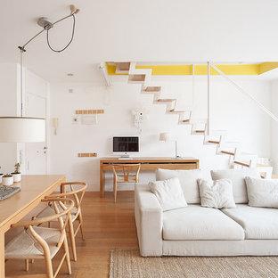Imagen de salón para visitas abierto, nórdico, de tamaño medio, sin chimenea, con paredes blancas y suelo de madera en tonos medios