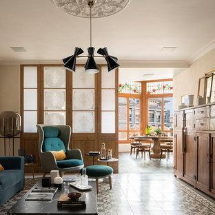 Diseño de salón para visitas abierto, mediterráneo, de tamaño medio, sin televisor, con paredes beige, suelo de baldosas de cerámica y suelo multicolor