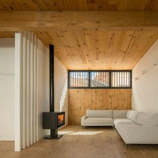 Foto de salón abierto, contemporáneo, con paredes blancas, suelo de madera en tonos medios, estufa de leña y suelo marrón