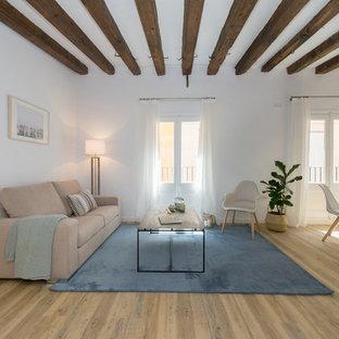 Foto de salón abierto, mediterráneo, con paredes blancas, suelo de madera en tonos medios y suelo marrón