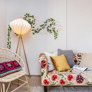 Imagen de salón mediterráneo con paredes blancas y suelo beige