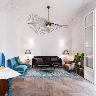 Modelo de salón abierto, clásico renovado, con paredes blancas, suelo de madera en tonos medios y suelo marrón