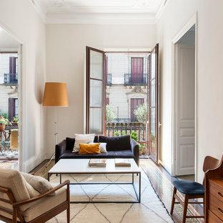 Diseño de salón clásico renovado con paredes beige y suelo multicolor