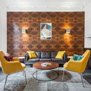 Diseño de salón actual, de tamaño medio, sin chimenea, con paredes blancas y suelo de madera oscura
