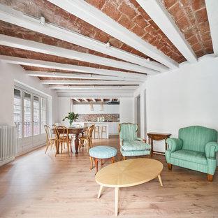 Diseño de salón abierto, mediterráneo, con paredes blancas, suelo de madera clara y suelo beige
