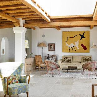 Modelo de salón abierto, exótico, con paredes blancas y suelo gris