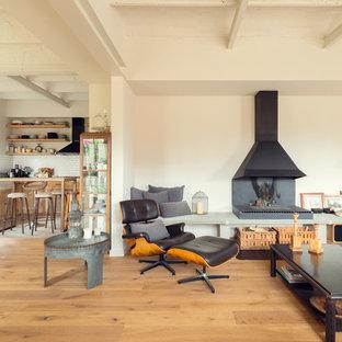 Foto de salón para visitas abierto, mediterráneo, con paredes blancas, suelo de madera en tonos medios, chimenea tradicional y suelo beige