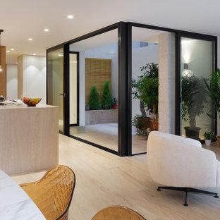 Foto på ett funkis vardagsrum, med kalkstensgolv och brunt golv