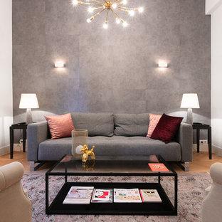 Ejemplo de salón nórdico con paredes blancas, suelo de madera en tonos medios y suelo marrón