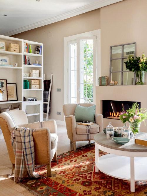 foto de saln para visitas clsico renovado con paredes beige suelo de madera clara y