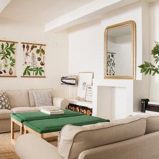 Ejemplo de salón de estilo de casa de campo con chimenea tradicional, marco de chimenea de yeso, suelo blanco y paredes blancas