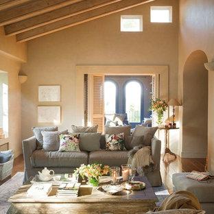 Ispirazione per un soggiorno country di medie dimensioni e chiuso con sala formale, pareti beige, pavimento in legno massello medio, nessun camino e nessuna TV