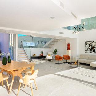 Ejemplo de salón abierto, actual, con paredes blancas y suelo gris